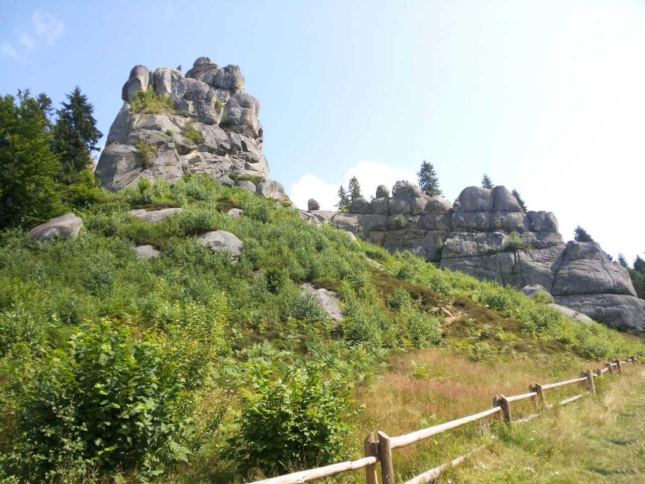 Скалы возле отеля Риксос