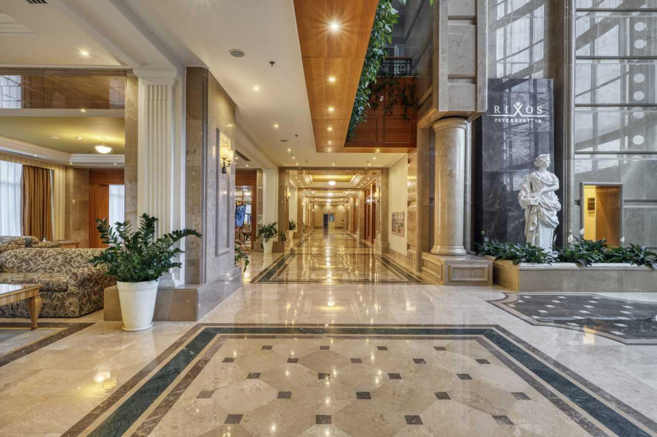 Главный вход отеля Риксос