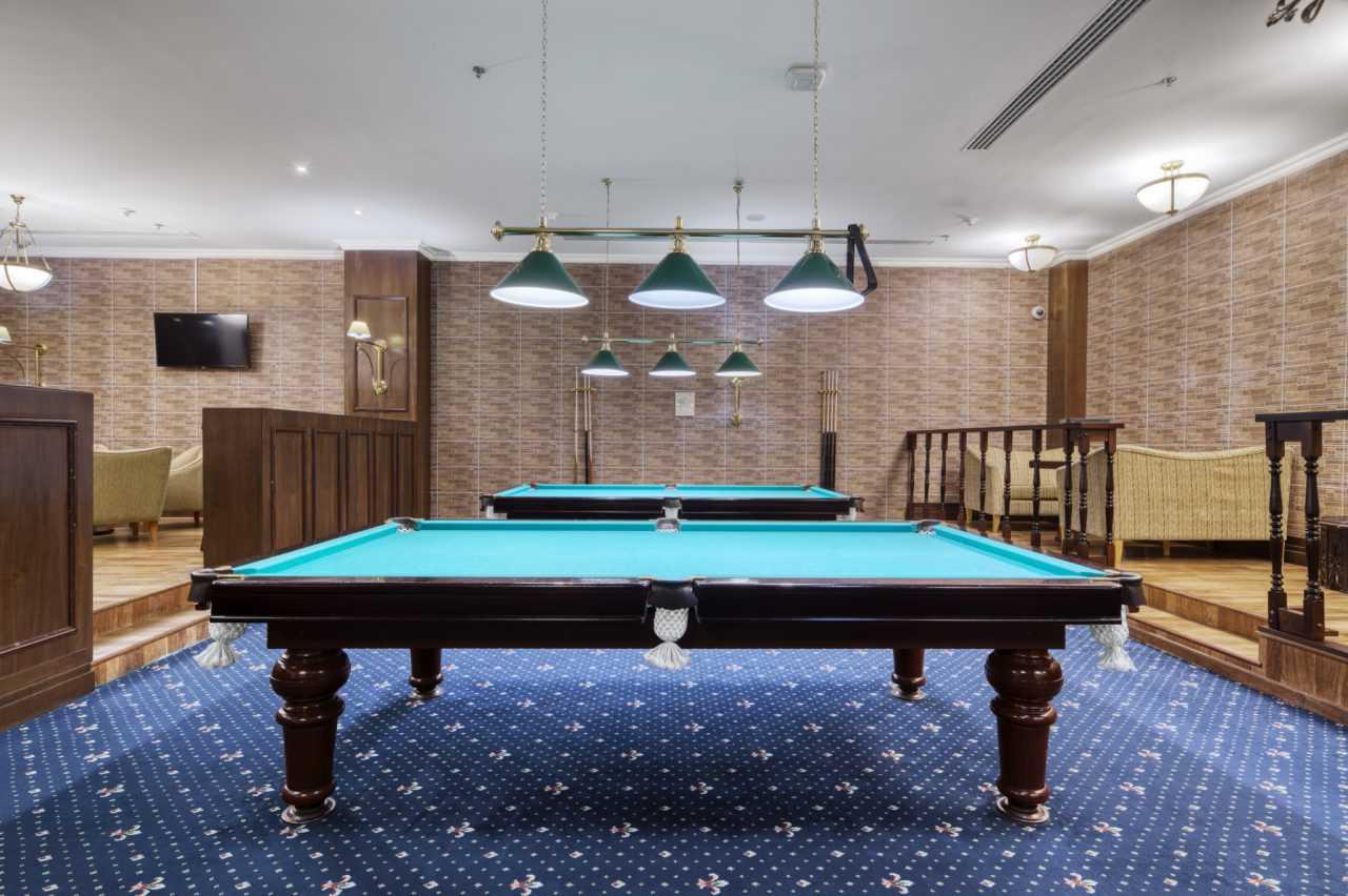 два російські більярдні столи, готель Ріксос