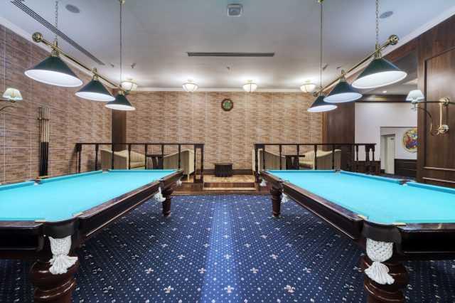 Два бильярдных стола, отель Риксос