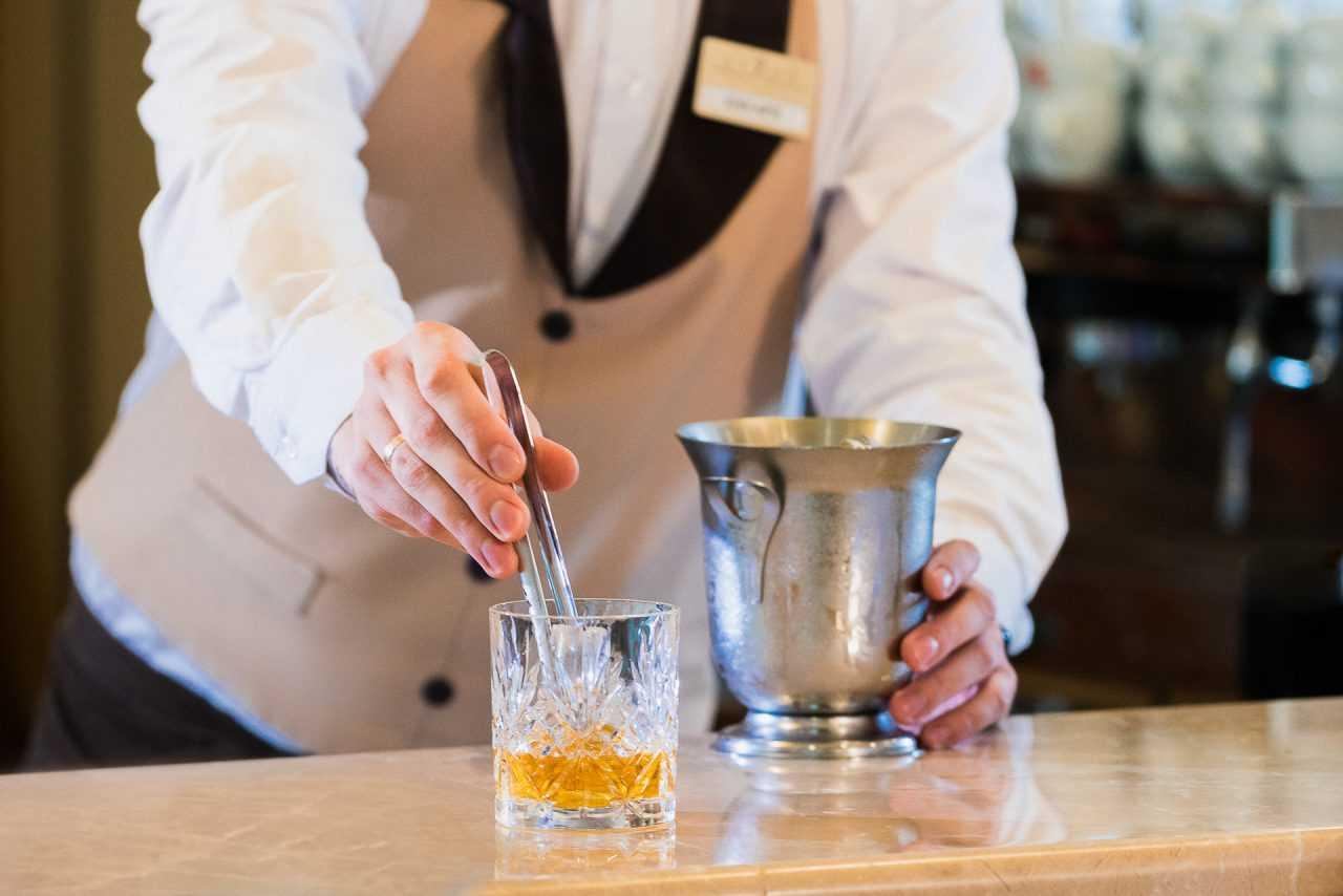 Приготування коктелю, готель Ріксос